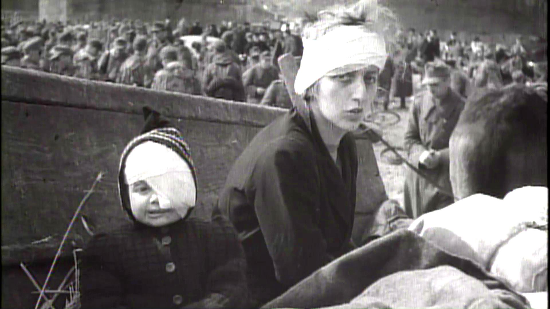 Eine verwundete Frau mit ihrem verwundeten Kind (Deutschland, 1945).
