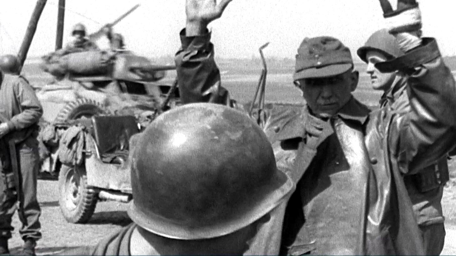 Deutsche Soldaten ergeben sich 1945.