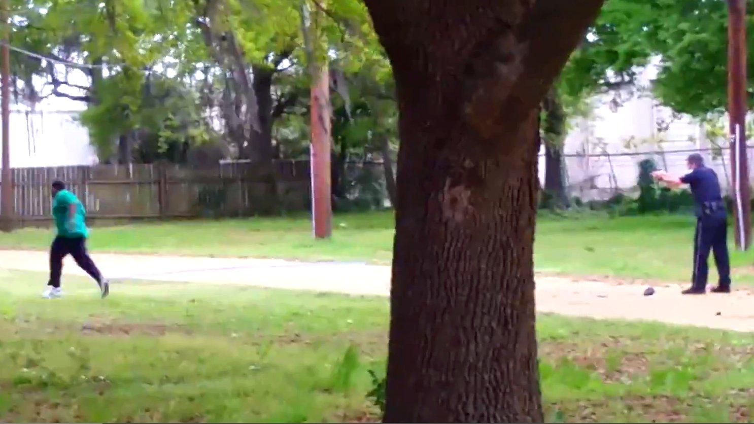 Ein Polizist schießt auf einen schwarzen Mann, North Charleston.