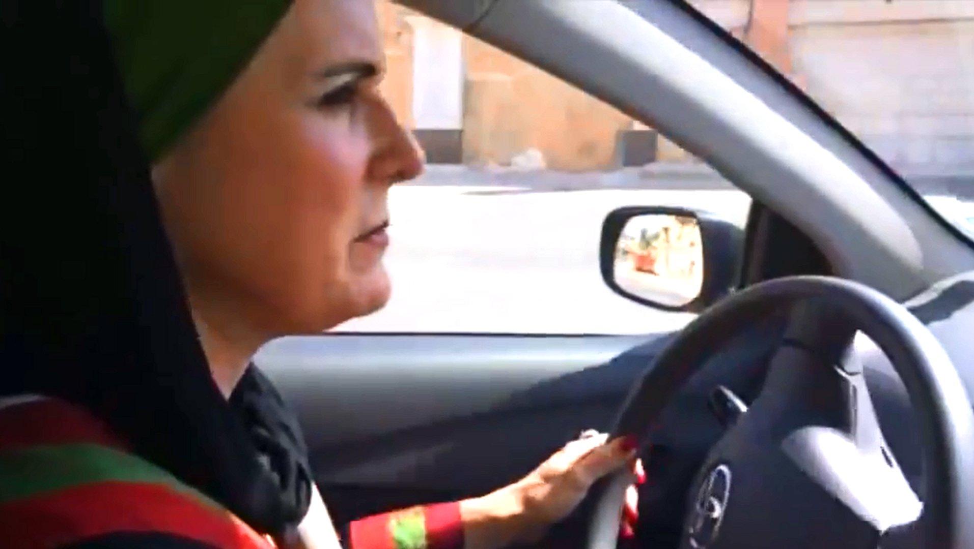 Eine Frau sitzt in Saudi-Arabien am Steuer eines Autos.