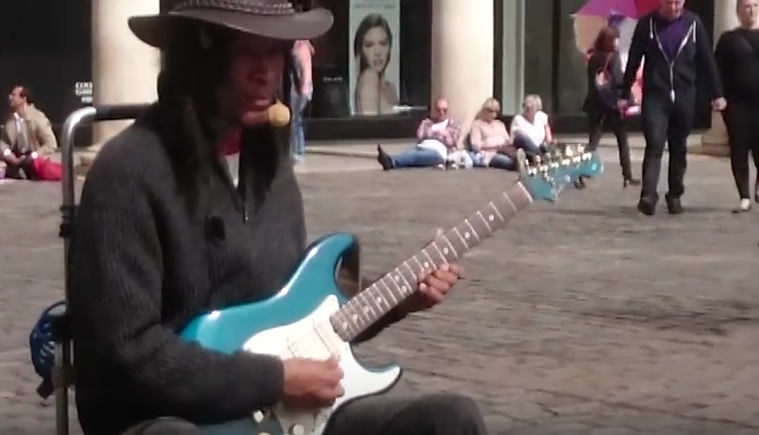 Londoner Straßenmusiker spielt B.B. King.