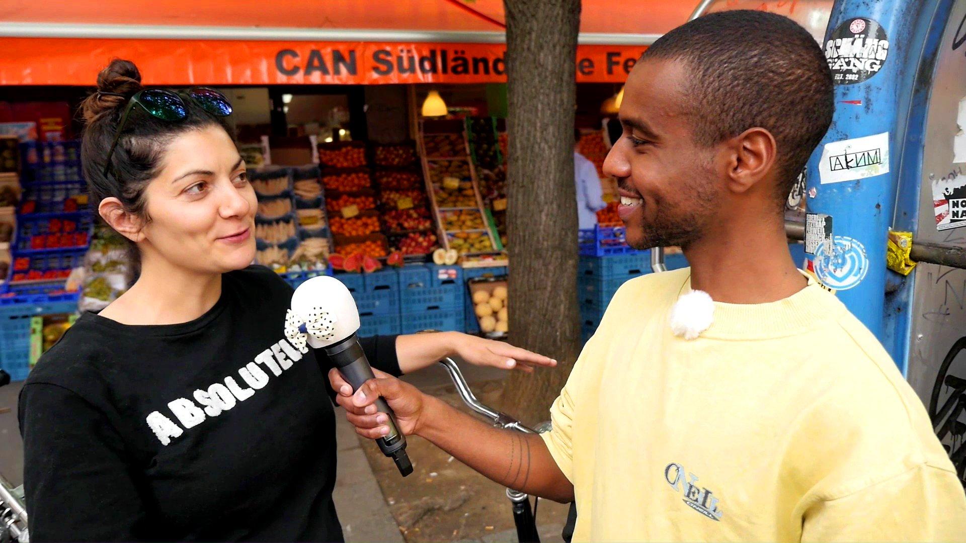 dbate-STAR Tarik Tesfu bei einer Straßenumfrage.