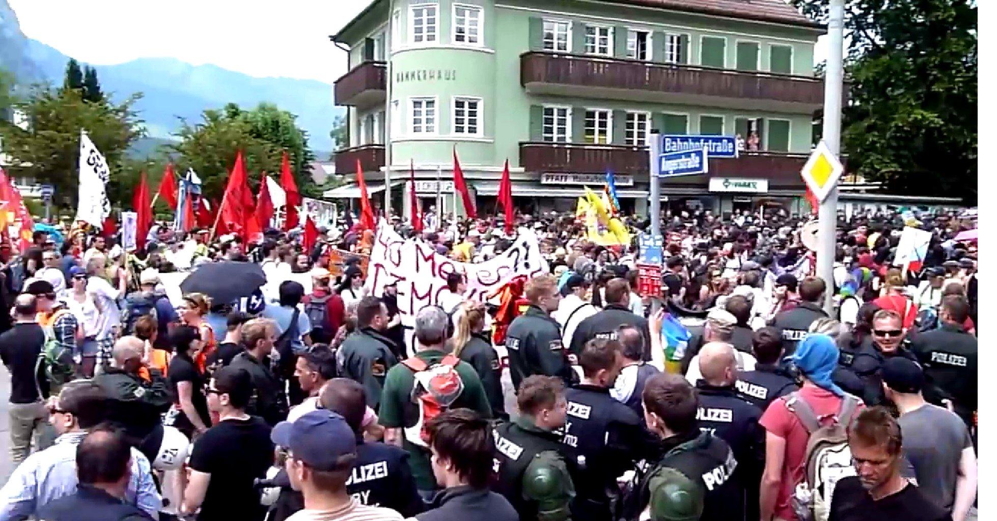 Tausende demonstrierten am 06.06.2015 gegen das G7-Treffen in Garmesch-Patenkirchen. Nur zehn Kilometer vom Schloss Elmau entfernt, wo das Gipfeltreffen der Großmächte stattfand, zogen die Protestierenden mit Plakaten und Bannern durch die Stadt.