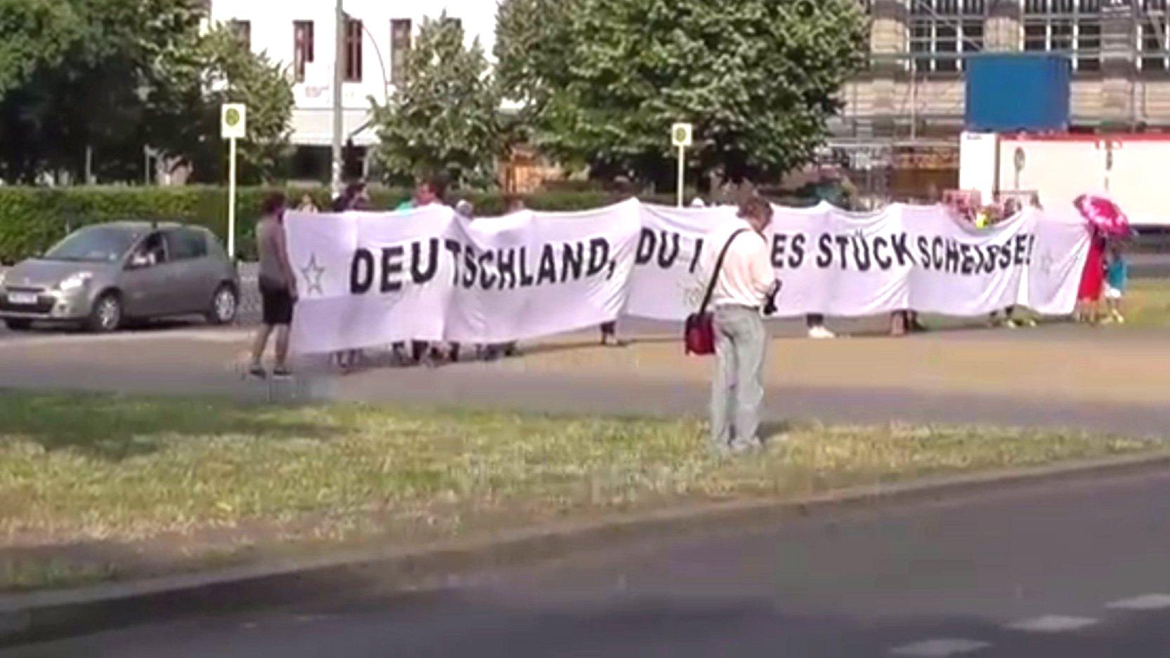 Deutschland, du Stück Scheiße. Berlin, 2015