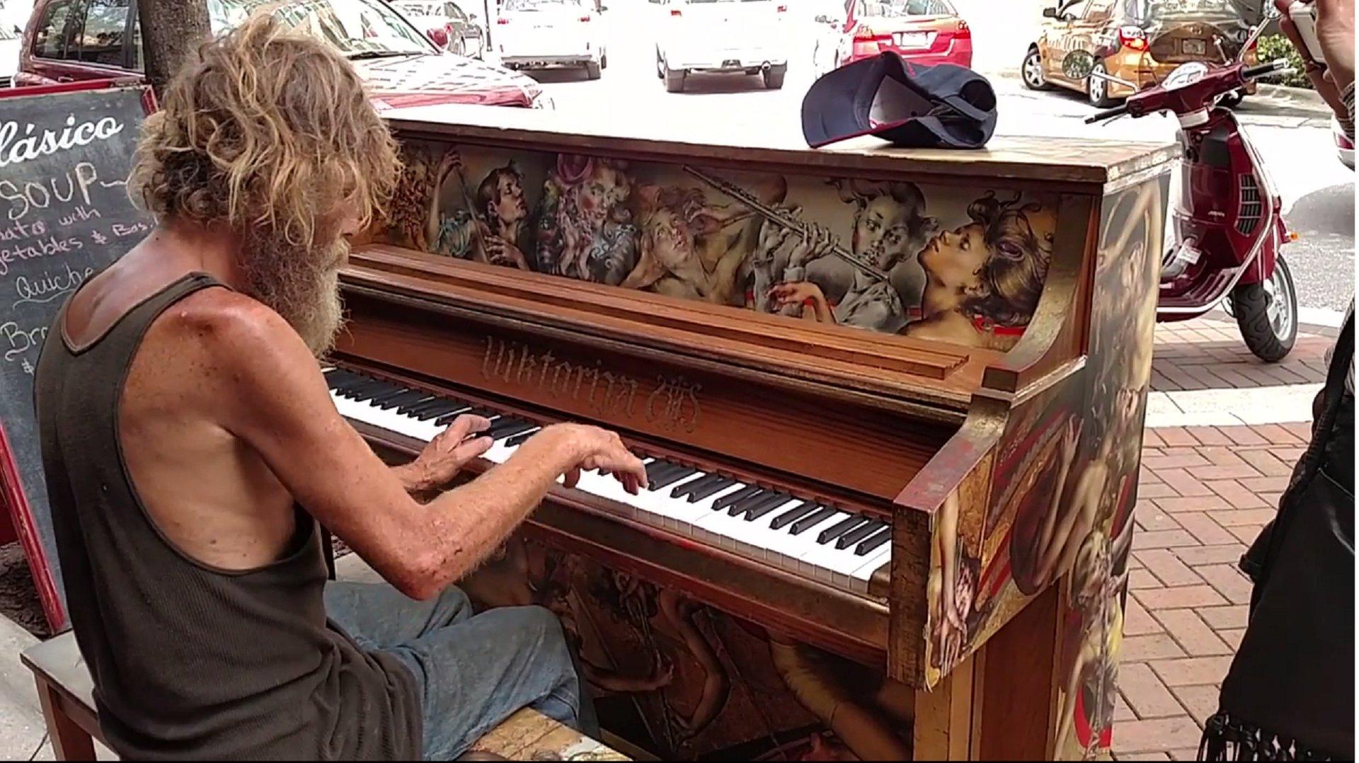 Obdachloser spielt Klavier