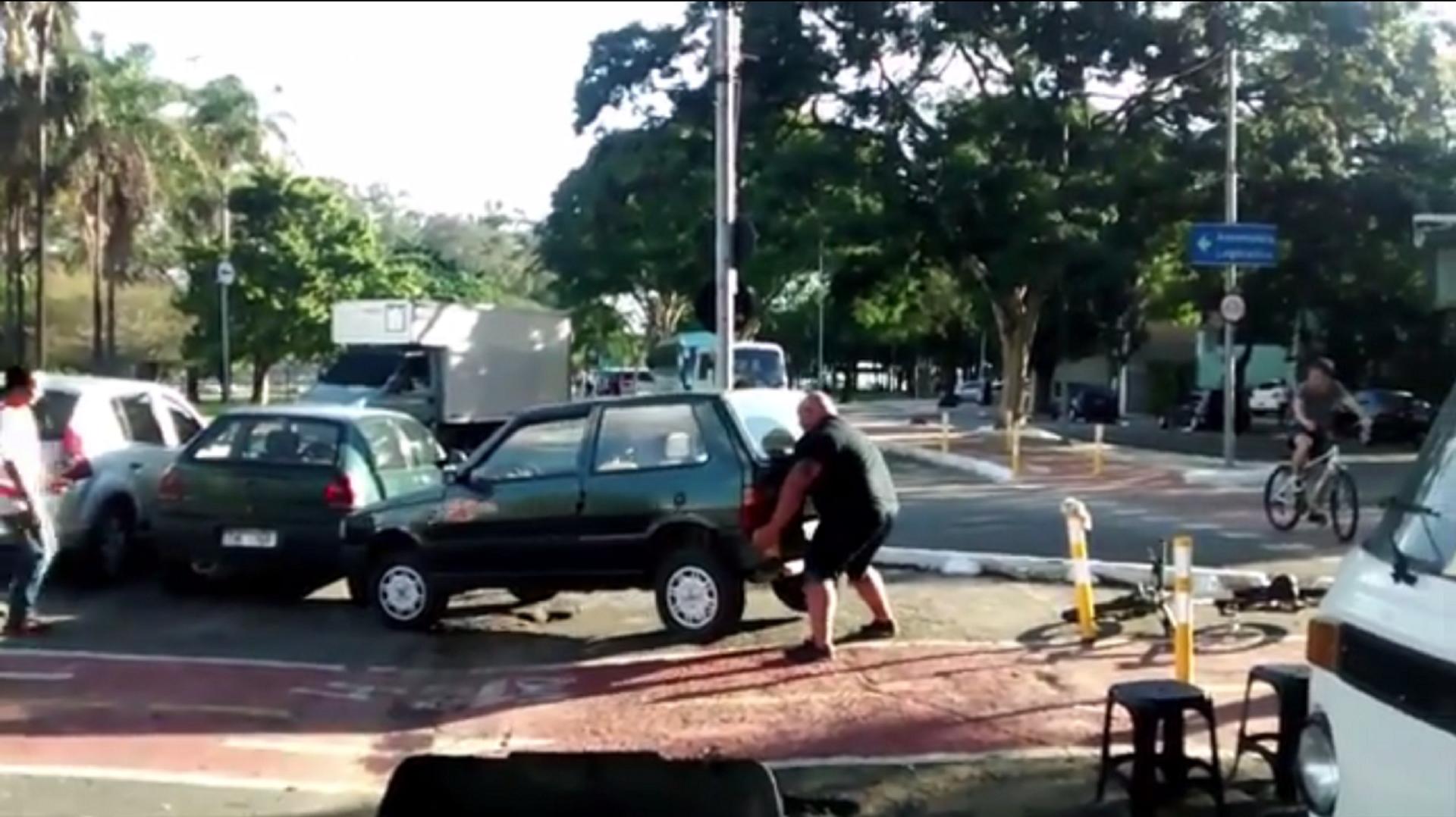Ein Auto blockiert einen Radweg in Brasilien. Einem Fahrradfahrer geht das dermaßen gegen den Strich, dass er den Kleinwagen mit purer Muskelkraft vom Weg hievt.