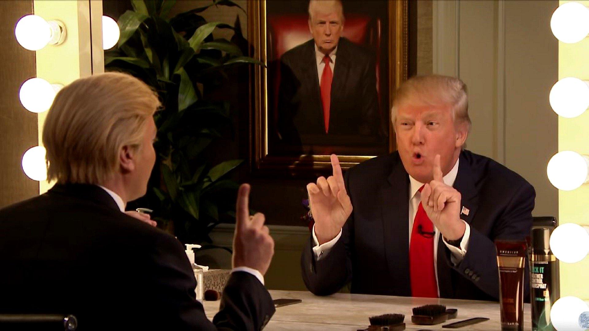 In der Tonight Show des US Senders NBC führt er das Interview als Donald Trump verkleidet vor einem leeren Spiegel; ihm gegenüber der echte Trump.