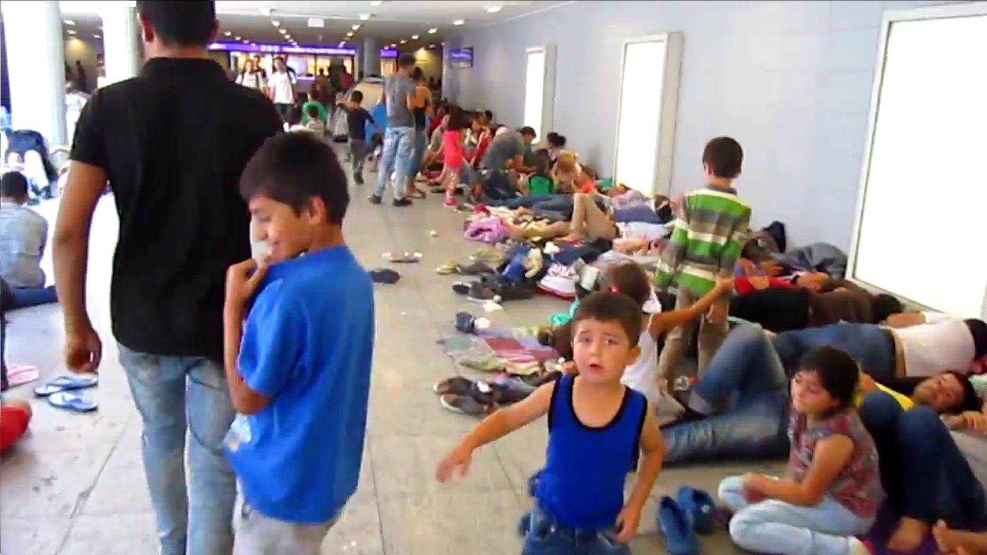 Flüchtlinge harren zu tausenden am Ostbahnhof in Budapest aus
