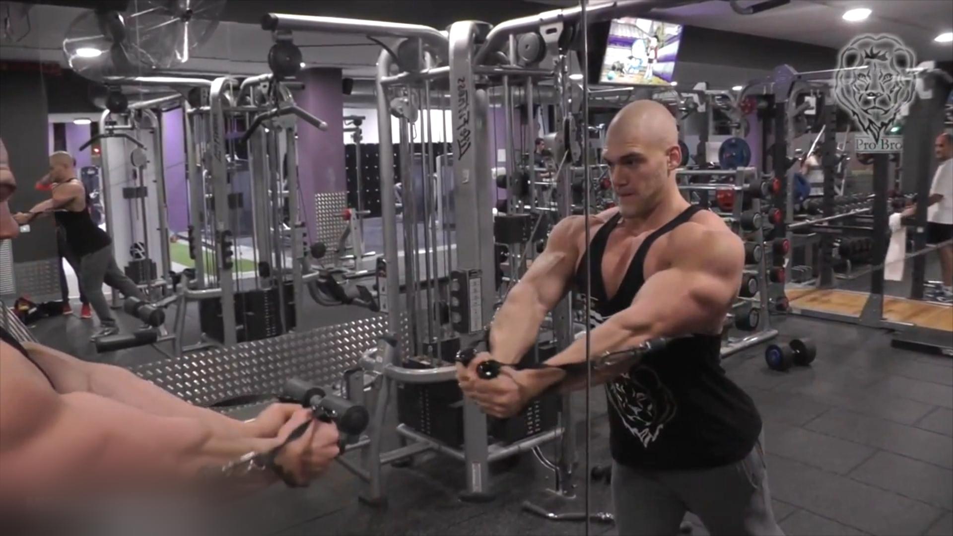 Bodybuilder und YouTuber Mischa Janiec beim Krafttraining, Schweiz