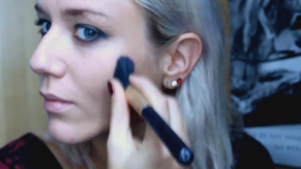 Beatrix Klimpke schminkt sich vor ihrem YouTube-Publikum, 2015.