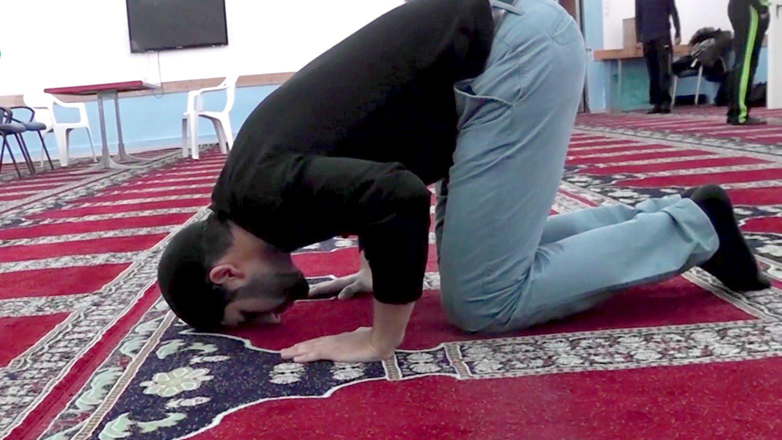 """Muslim Sami Khokhar betet in einer Hamburger Moschee, 2015. / """"Mein Gott"""" – Web-Doku über Glaube und Religion in Deutschland"""