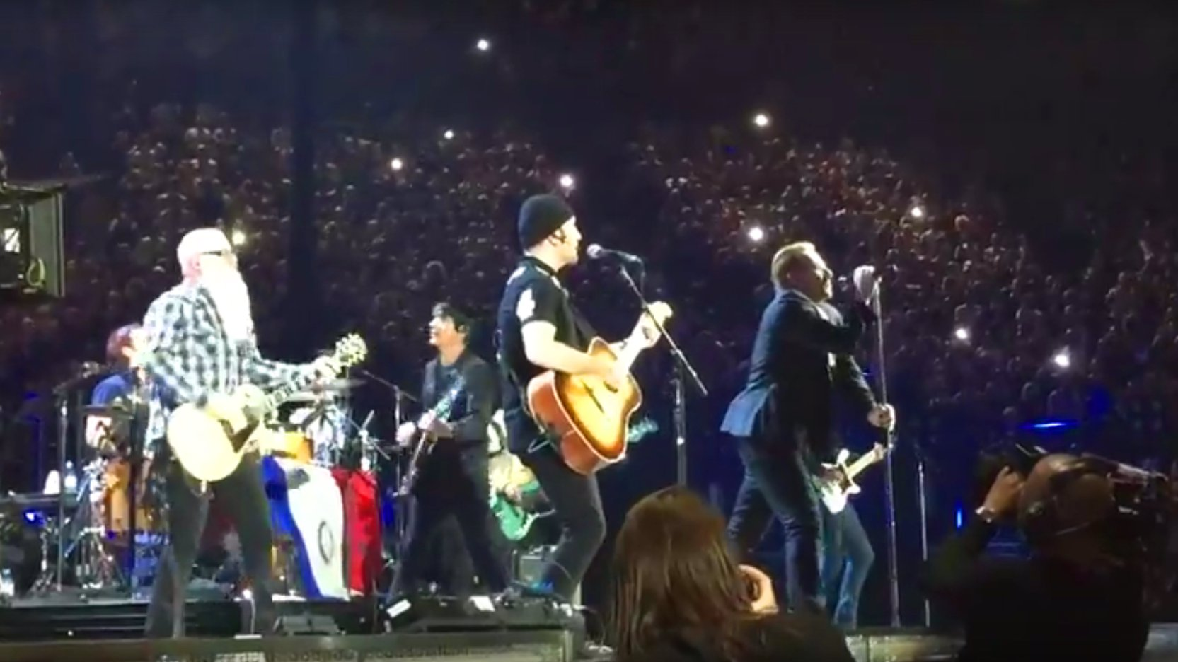 "U2 und Eagles of Death Metal spielen gemeinsam ""People have the power"", 2015 in Paris."