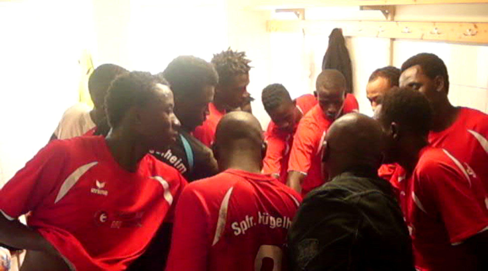 Flüchtlinge in der Kabine ihres Fußballvereins