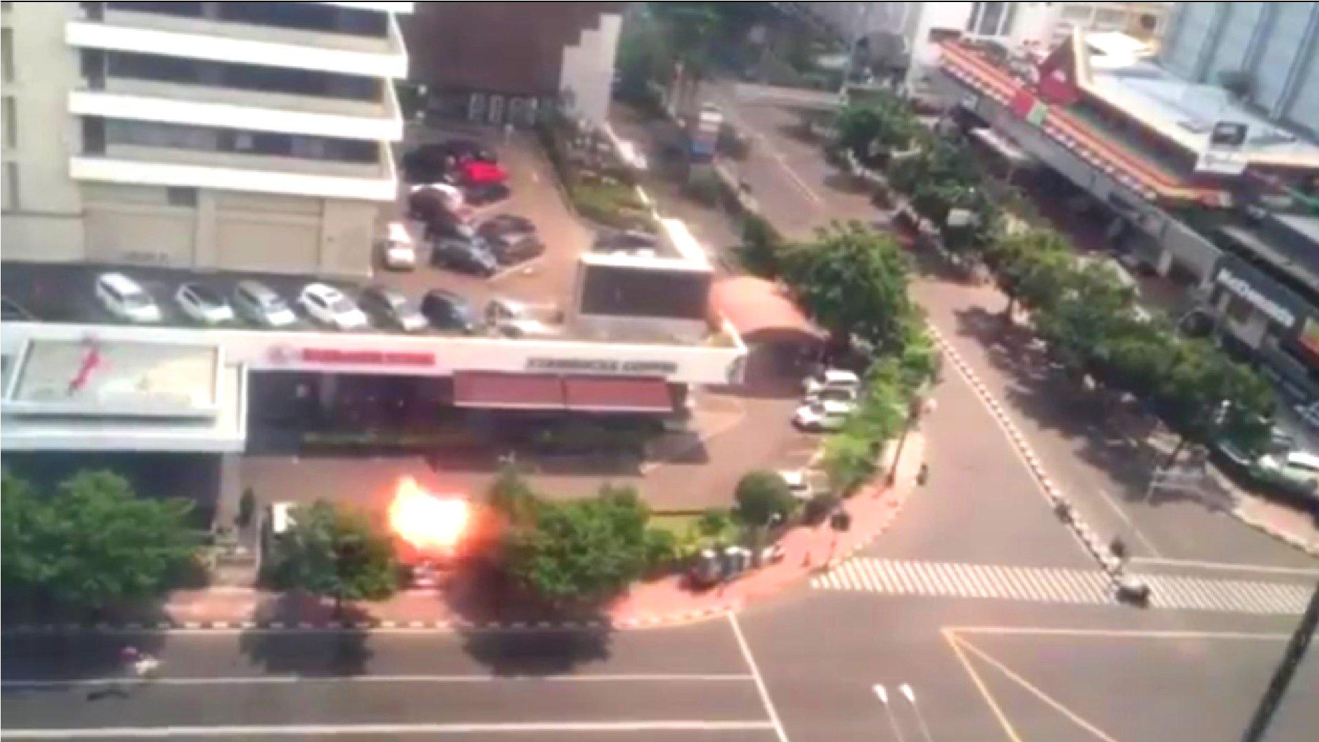 Mindestens sieben Menschen sollen bei dem heutigen Terroranschlag in der indonesischen Hauptstadt ums Leben gekommen sein – darunter wohl auch vier der Angreifer.