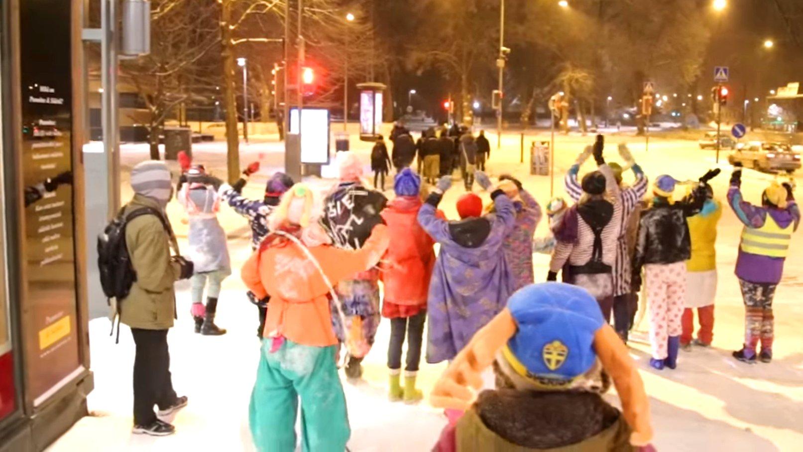 """""""Loldiers of Odin"""" protestieren mit Clownsmasken gegen die Bürgerwehr """"Soldiers of Odin"""", 2016 Finnland."""