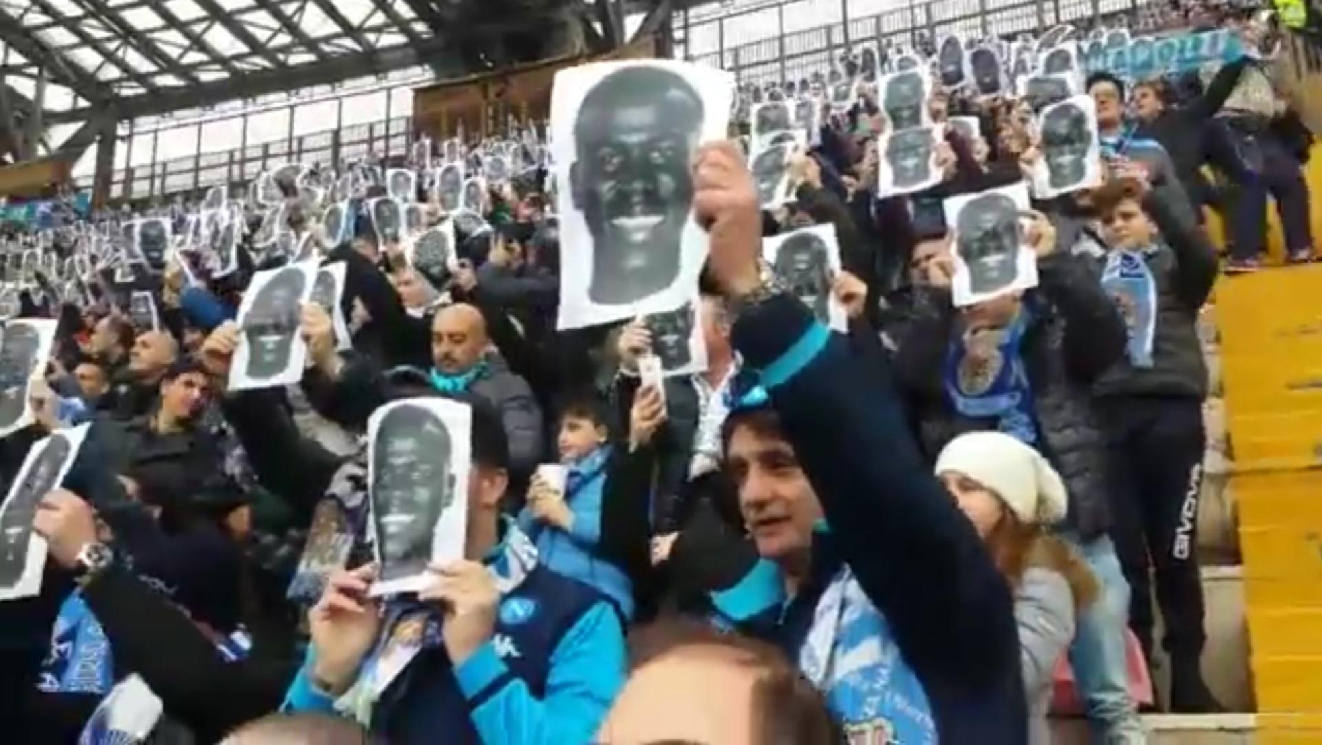 Fans des SSC Neapel solidarisieren sich mit ihrem Spieler Kalidou Koulibaly, 2016 (video)