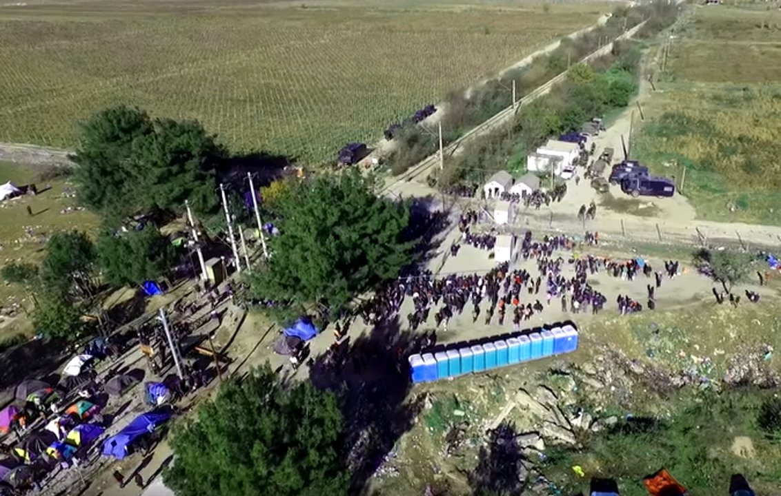 Drohnen-Videos aus Idomeni. Flüchtlinge stehen vor der greihcisch-mazedonischen Grenze