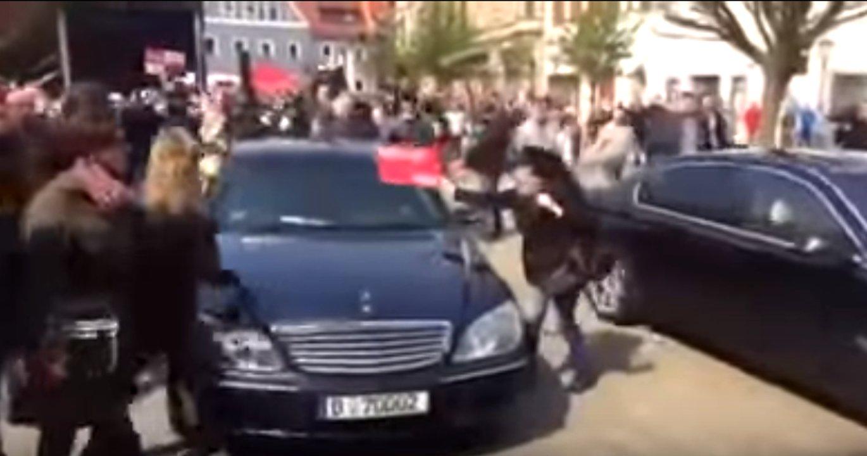 Justizminister Maas flüchtet vor rechten Demonstranten in Zwickau