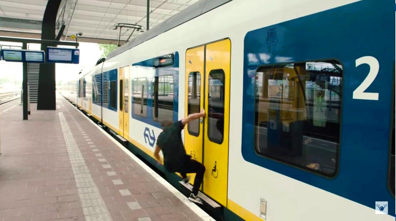Junger Mann rennt gegen Zug