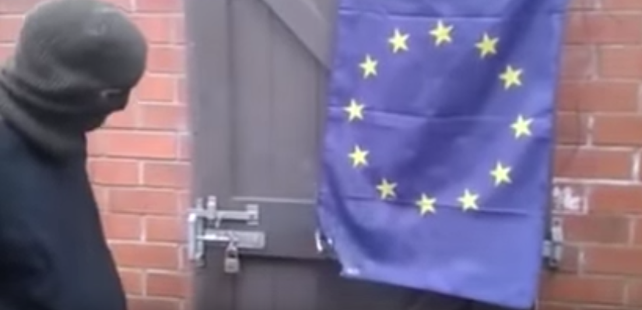 Flash: Brexit - EU Flagge brennt nicht