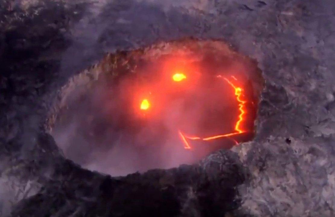 Vulkan Kilauea: Aus der Hitze und dem Rauch lacht ein gigantischer Smiley aus Magma in den Himmel.