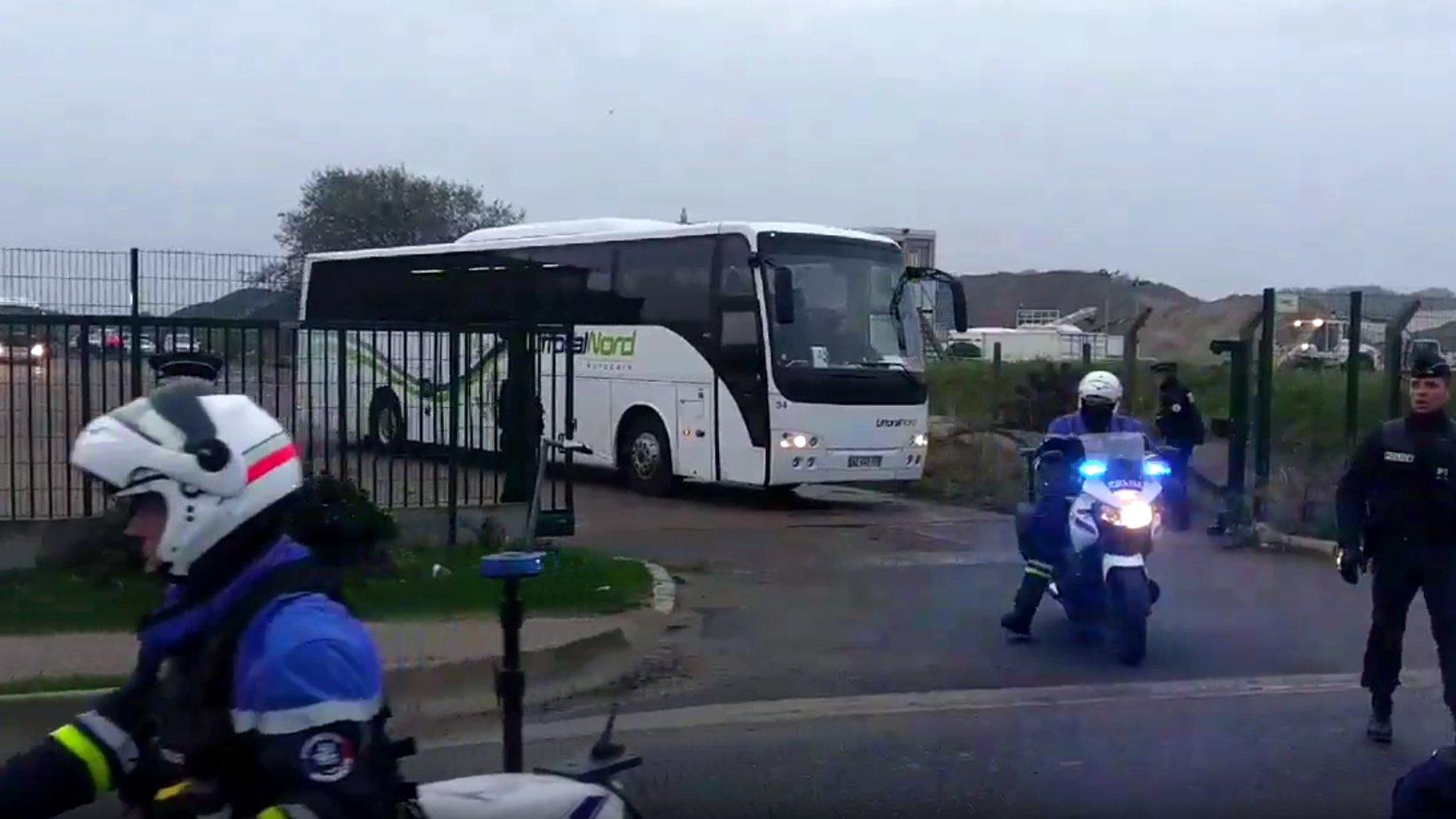 """Erster Bus verlässt """"Dschungel von Calais"""""""