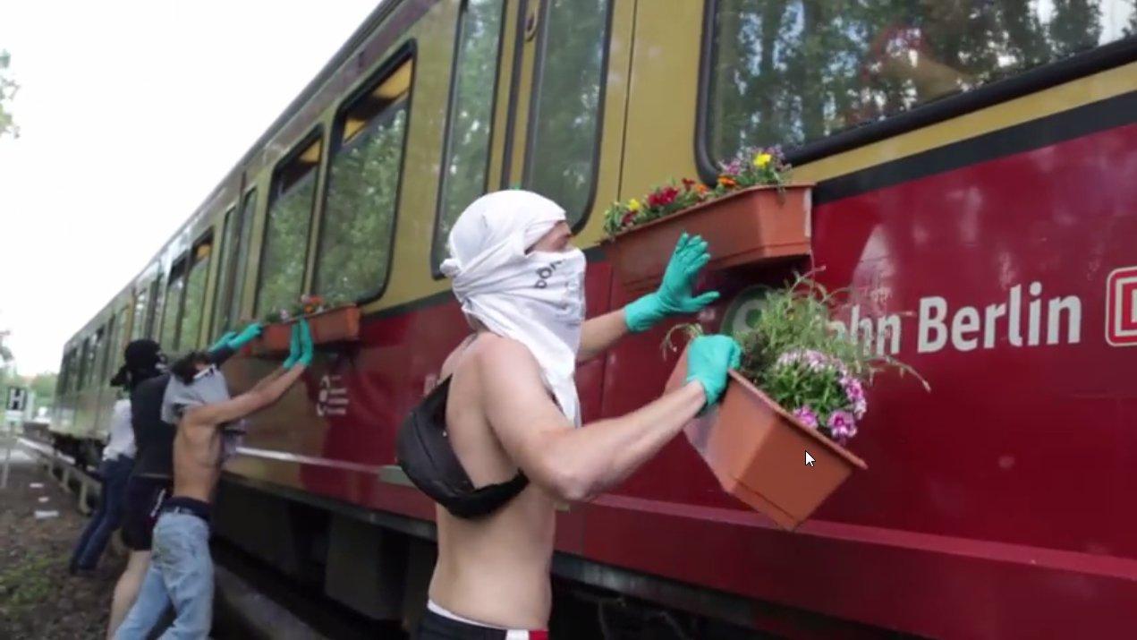 Berlin: Graffiti-Crew klebt Blumenkästen an U-Bahn
