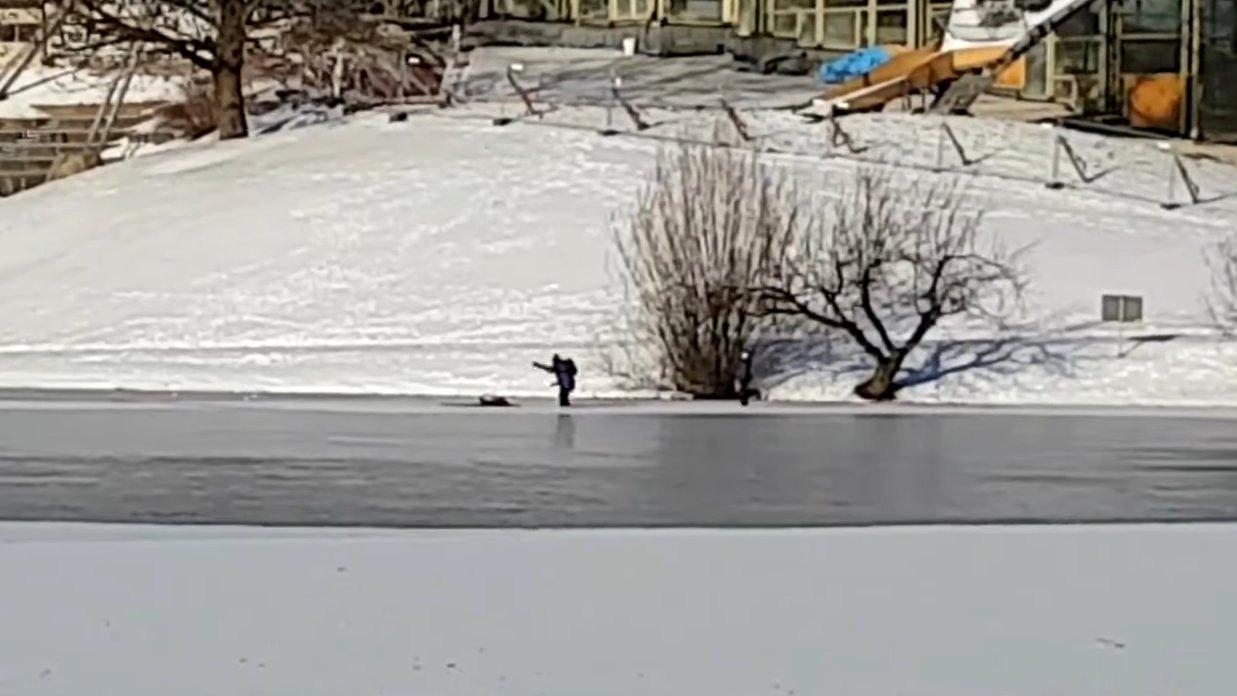 Schaulustige filmen Unfall auf dem Eis anstatt zu helfen