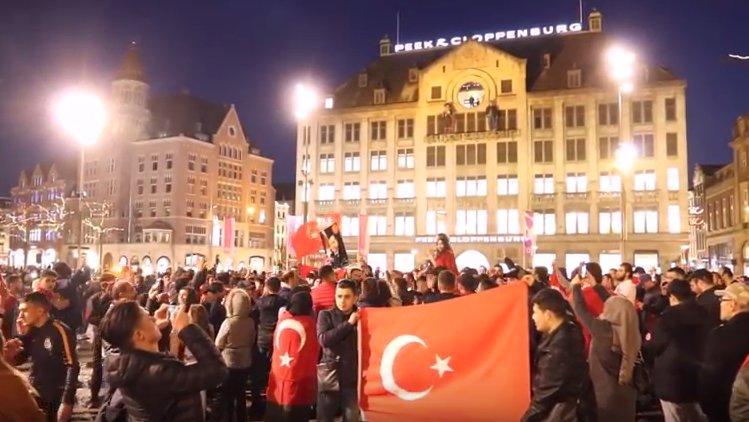 Türkische Bürger protestieren gegen Auftrittsabsagen in Niederlande