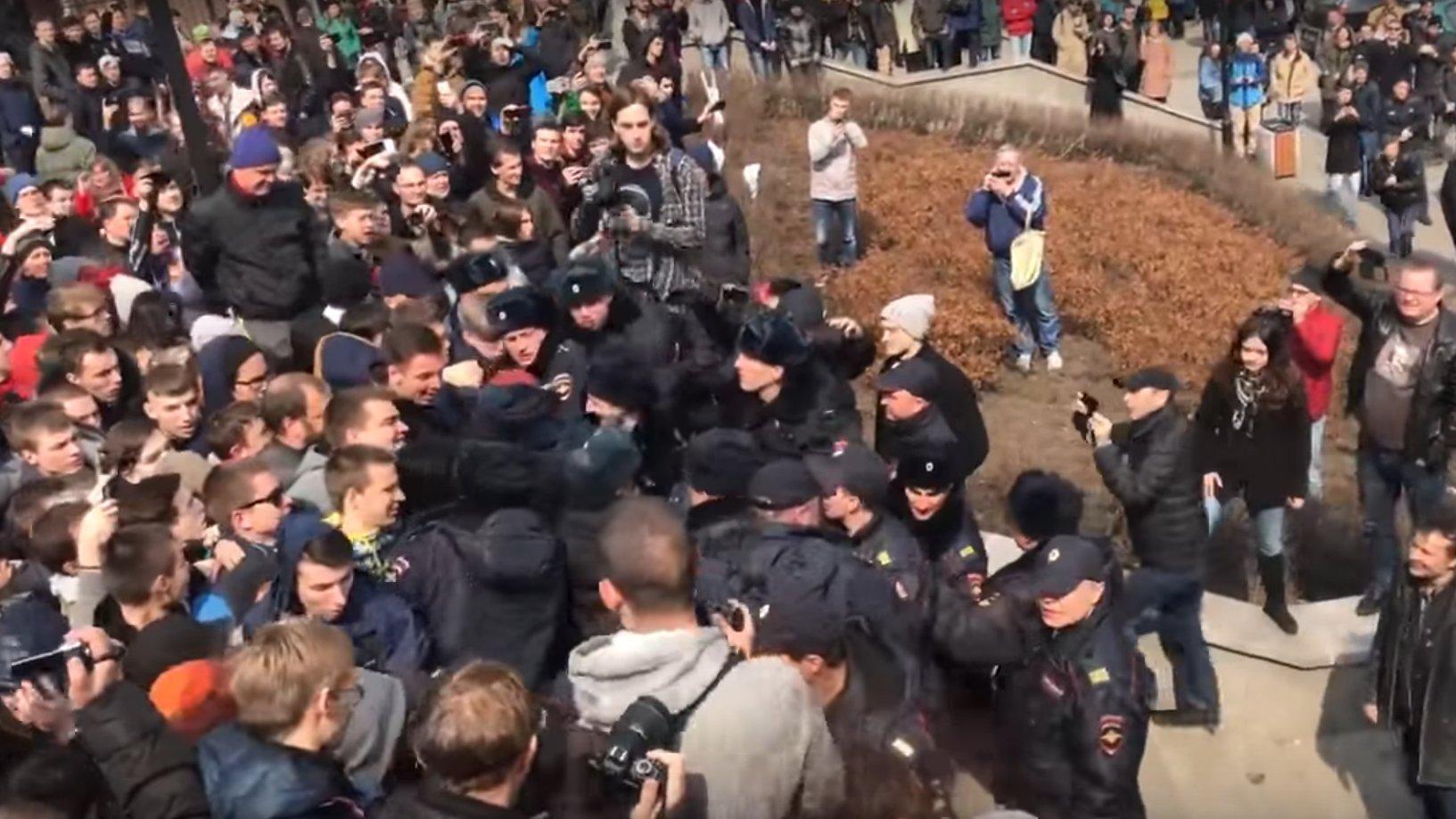 Russland: Polizisten in Wladiwostok machtlos gegen Demonstranten