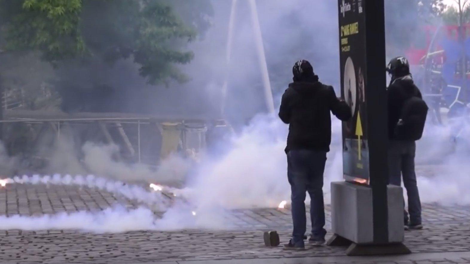 Rauch und Gebrüll – Proteste in Paris gegen Marine Le Pen