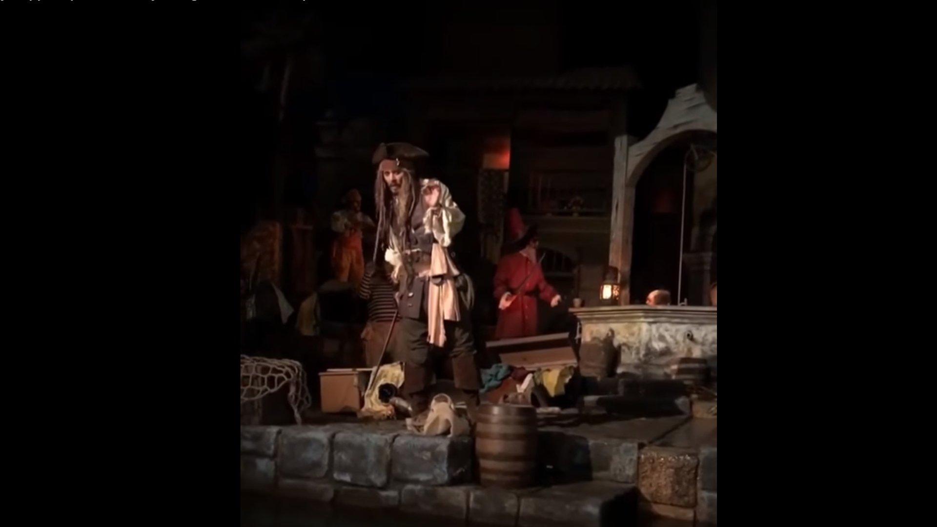 Disneyland: Johnny Depp begeistert mit Überraschungsauftritt