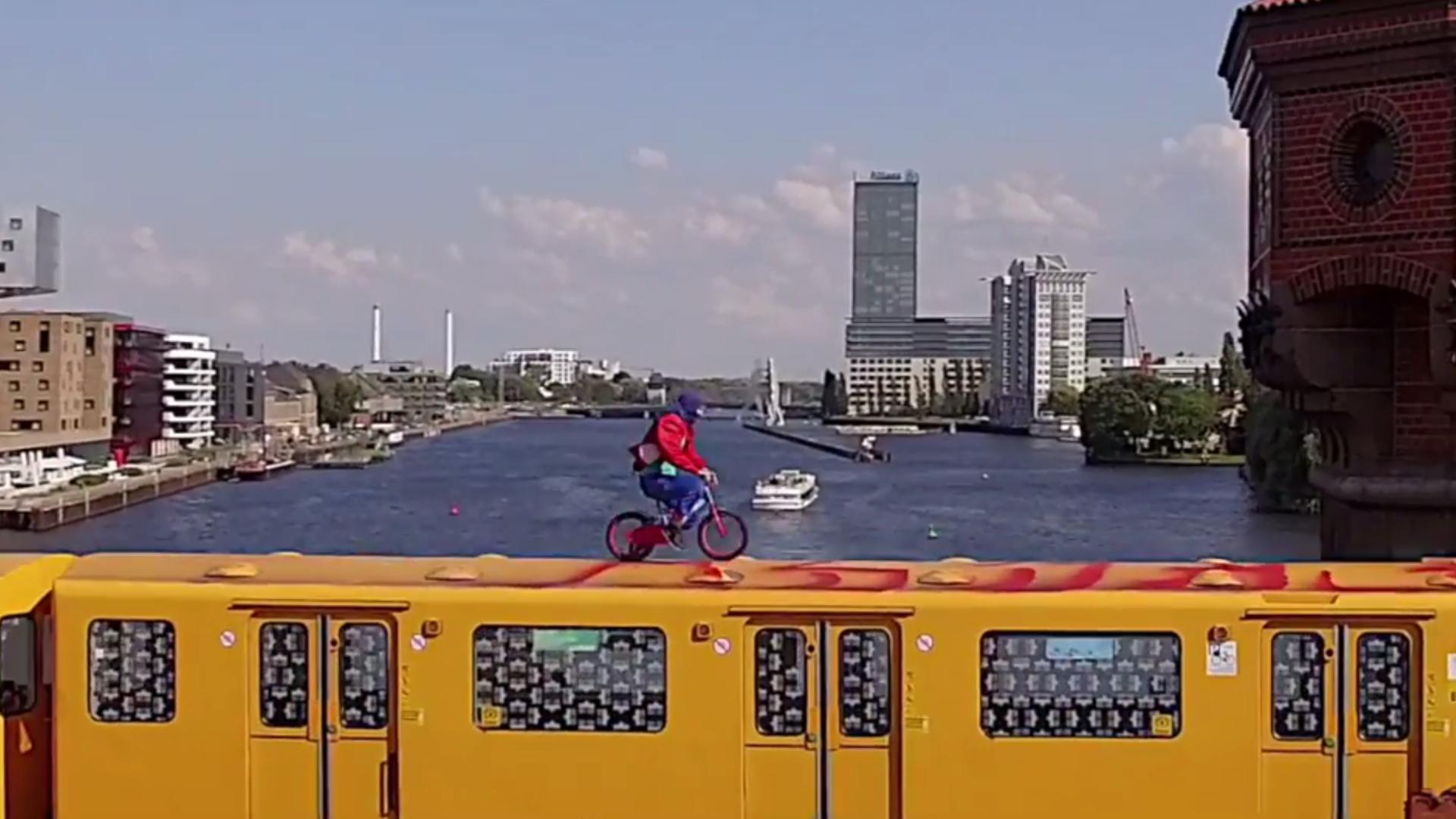 Mit dem Fahrrad über die Berliner U-Bahn
