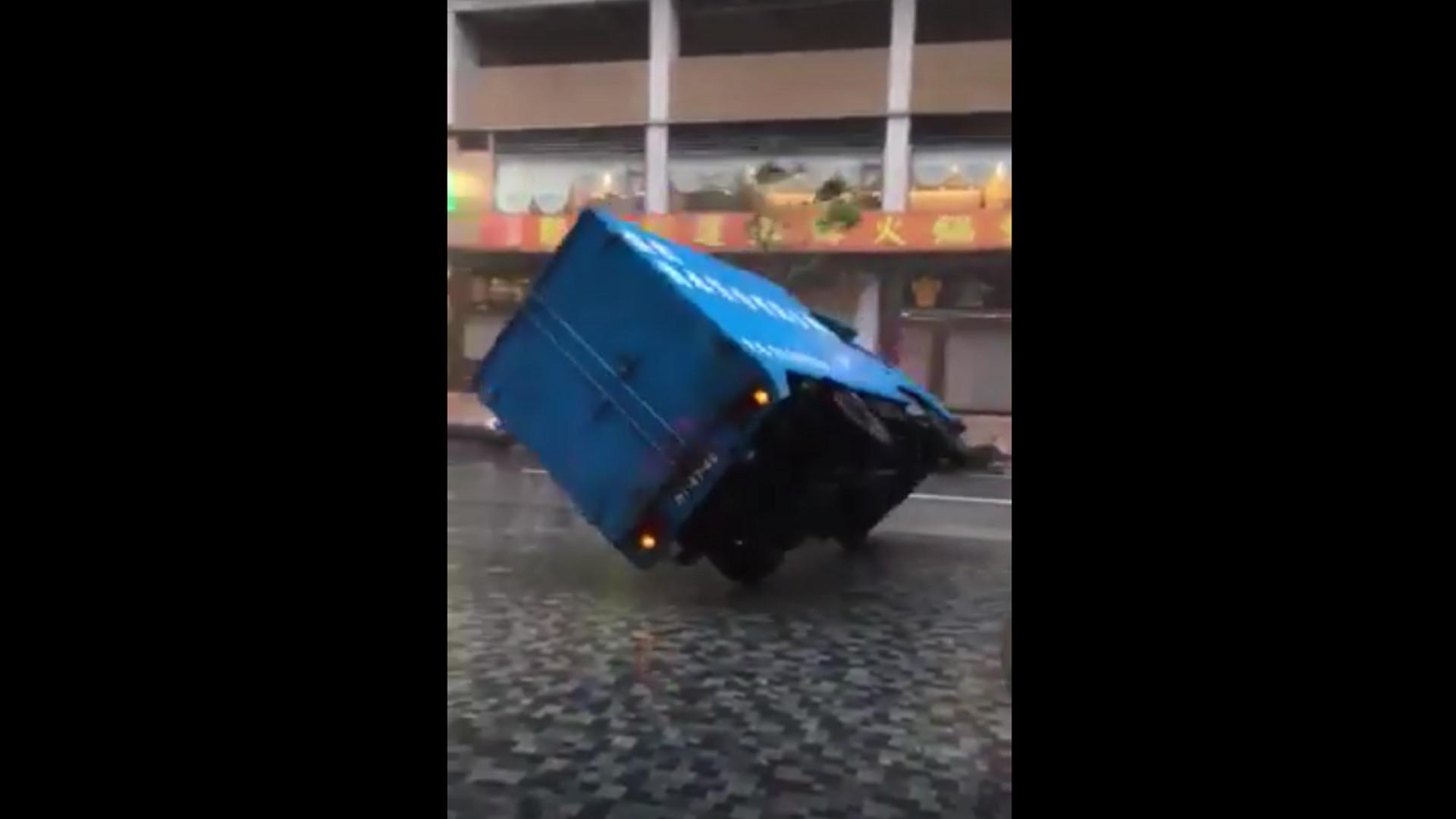 """LKW fällt auf offener Straße um: Taifun """"Hato"""" verwüstet China"""