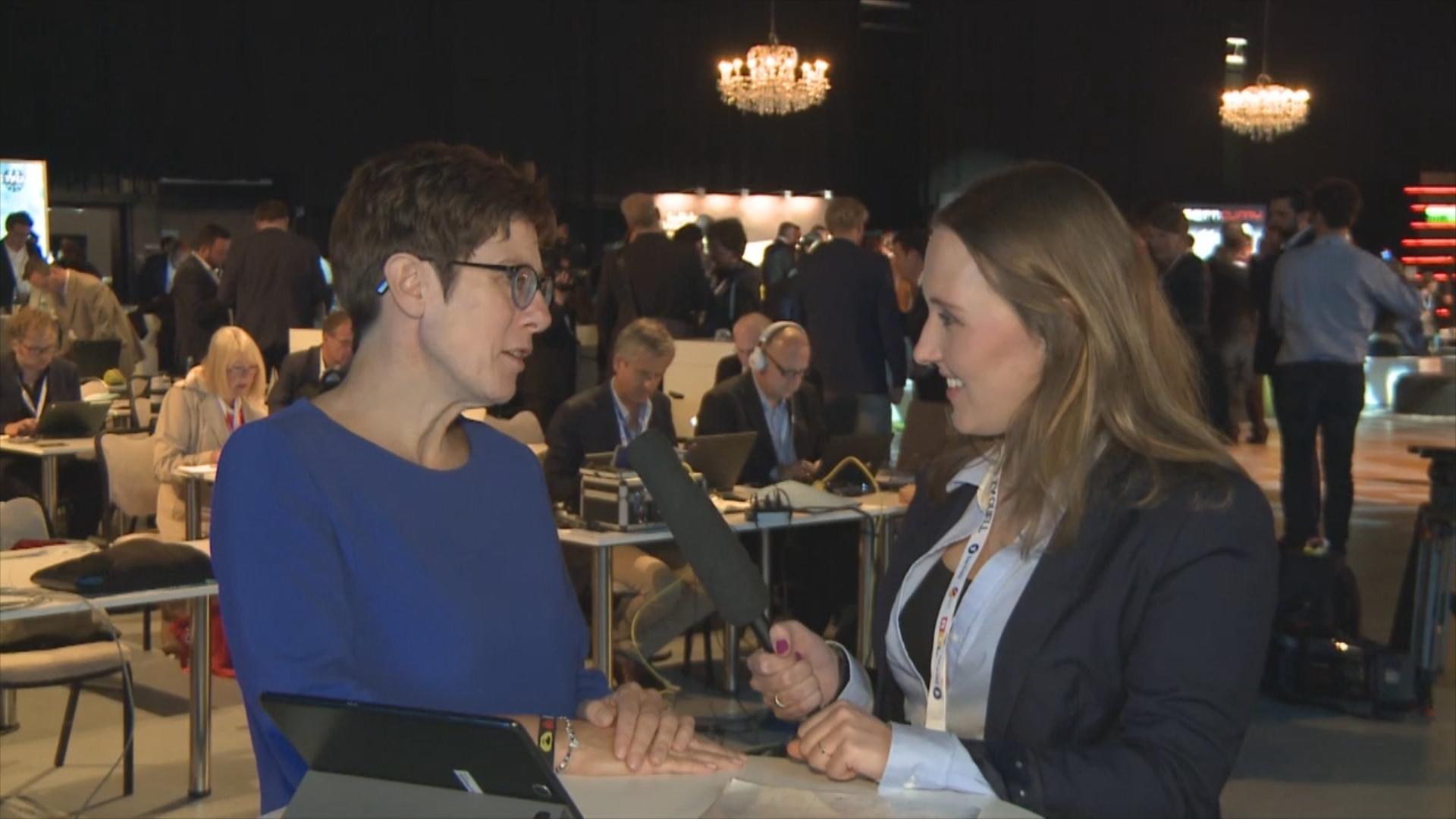 """Kramp-Karrenbauer: """"Merkel steht für eine Politik von Maß und Mitte"""""""