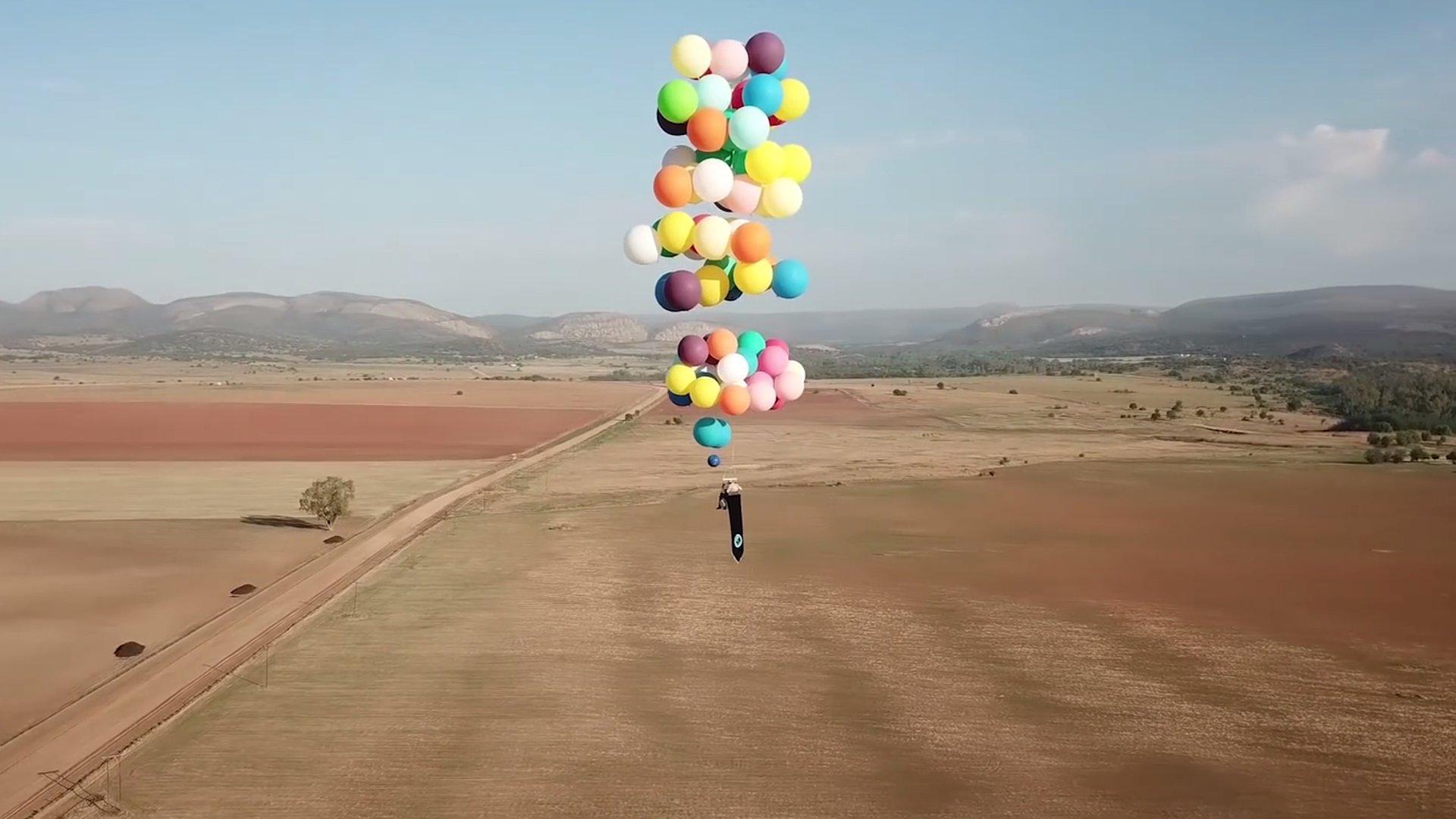 Kindheitsträume werden wahr: Mann fliegt mit 100 Luftballons über Afrika