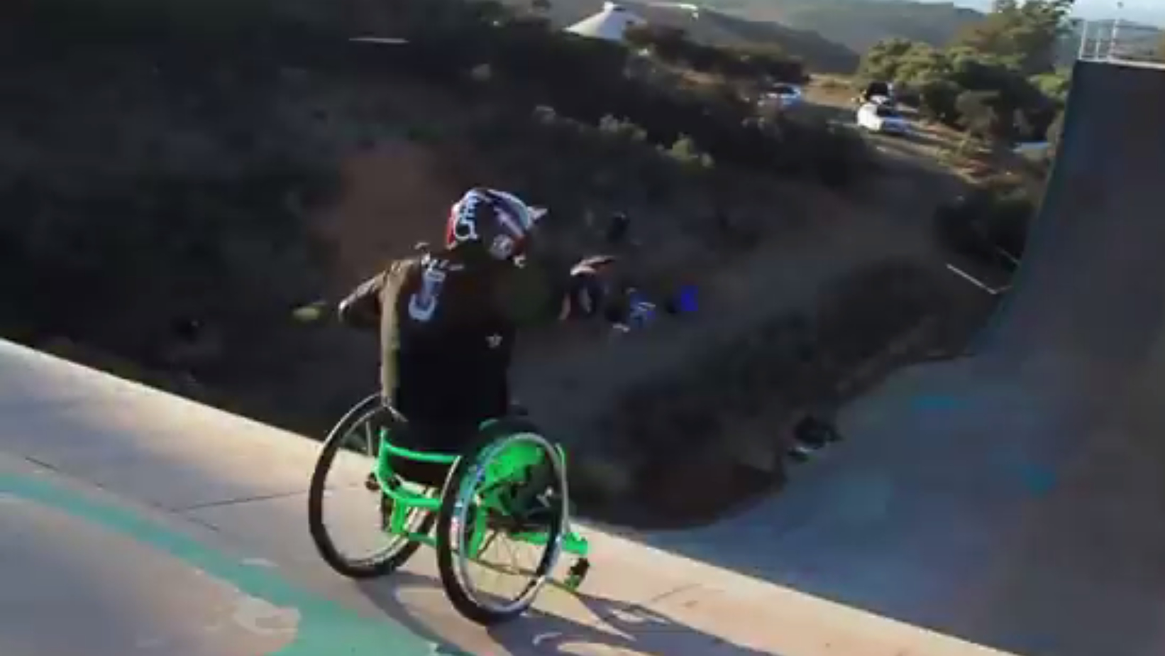 Extremer Sprung: Im Rollstuhl über die Mega-Rampe