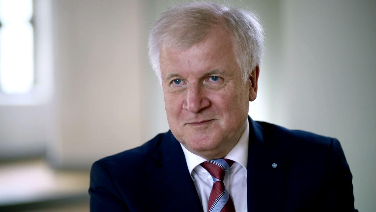 """""""Erbittert"""" – Seehofer über Streit mit Merkel"""