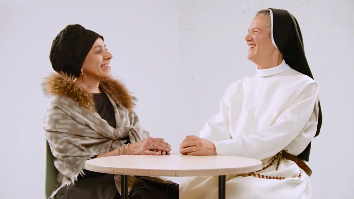 Kopftuch, Haarpflege, Religion: Treffen sich eine Nonne und eine Muslima