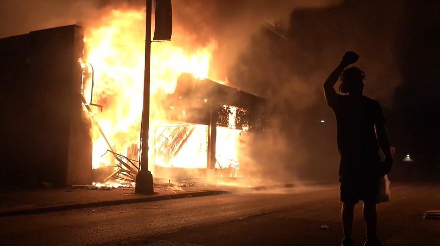 Demonstrant Feuer_Unruhen in den USA